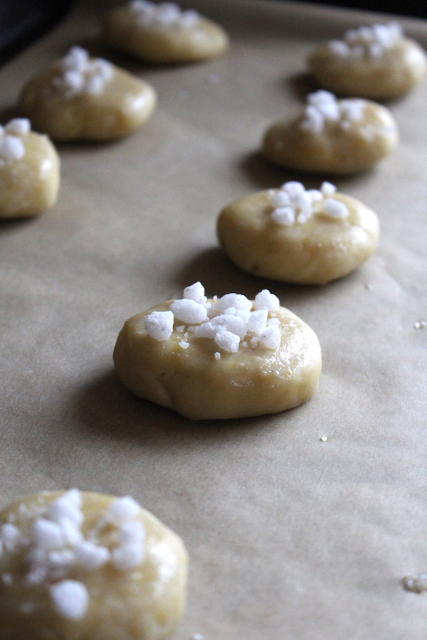 Serinakaker cookies decorated with pearl sugar and ready for baking.