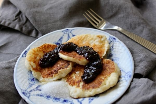 Klatkager plated with sugar and jam
